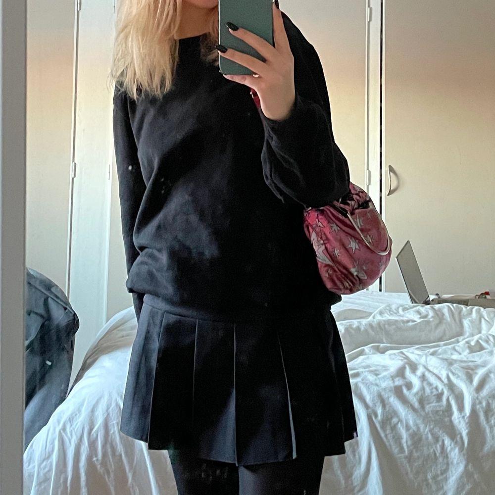 Säljer min jättefina kjol då jag inte får så mycket användning av den, köpte den för några månader sen och har använt den två gånger😊köpte den för 350, skriv för fler bilder!. Kjolar.
