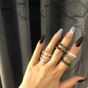 (UF) Säljer fina ringar och armband i glaspärlor. Se vår instagram för mer bilder och vad det finns för pärlor att välja mellan✨ du kan även designa ditt eget smycke! 10%-20% av priset går till Cancerfonden🎗 beställning sker via dm här eller instagram!✨ Ringar-15kr/st Armband-59kr/st