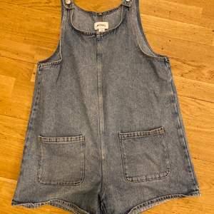 Super fin hängsel shorts kjol typ! Använder inte längre så säljer därför! Frakten kostar ungefär 69 tror jag medans det går smidigast att mötas upp för mig i Stockholm!