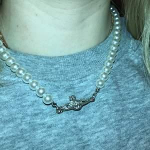 Jag säljer detta  Kopia av Vivienne halsbandet. Från shein, ramlar ner (se andra bild) går säkert och fixa men jag har inte löst hur så jag säljer det. Buda i kommentarerna 💓💓