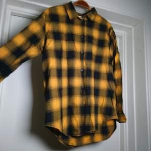En lite längre och varmare skjorta, endast använd ett par gånger så i princip nyskick🌻