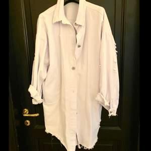 Kan användas som både jacka till våren eller skjorta . Använd en sommar . Lite oversized 💝