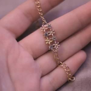 Gulligt armband i guld med blommor!😍