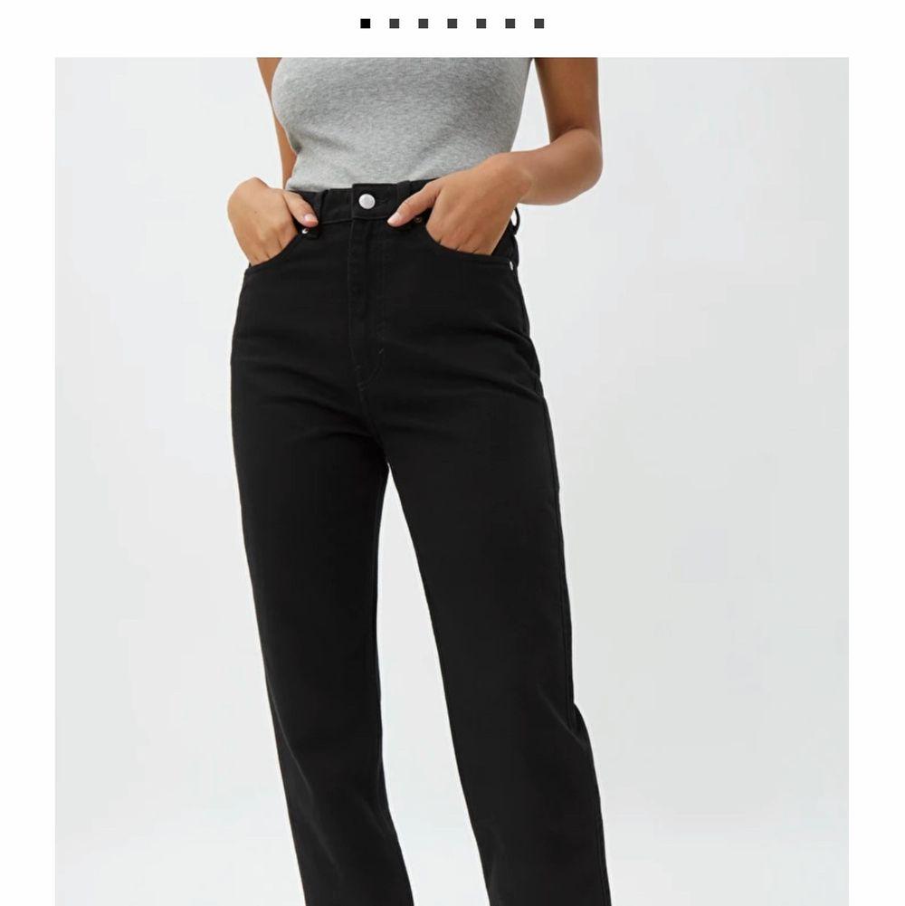Säljer mina weekday jeans i modellen Rowe strl 24/32 då jag tyckte dom var för korta i längden. Köpta nydligen och endast använda två gånger. Köparen står för frakt.. Jeans & Byxor.