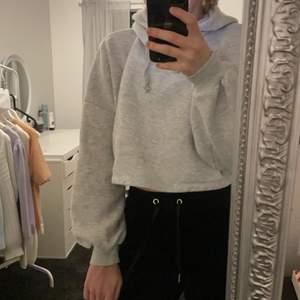 Jättefin kort grå hoodie från Gina. Den är väldigt skön men den kommer tyvärr inte till användning. Endast använd ett fåtal gånger💕köparen står för frakt