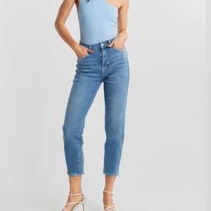 Comfy mom jeans i ljusblå. Oroligt sköna jeans men de har tyvärr blivit för korta för mig :/. Storlek 38. Nypris 499kr.