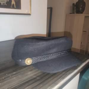 Om du ska va riktig charmör bör du äga denna hatt den lär ge dig den vassaste katt vilka sjuka rim