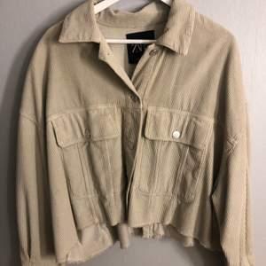 Beige manchester jacka från Zara, orginalpris 399kr!! Utsvängda armar, jättefin!! Köparen står för frakten❗️