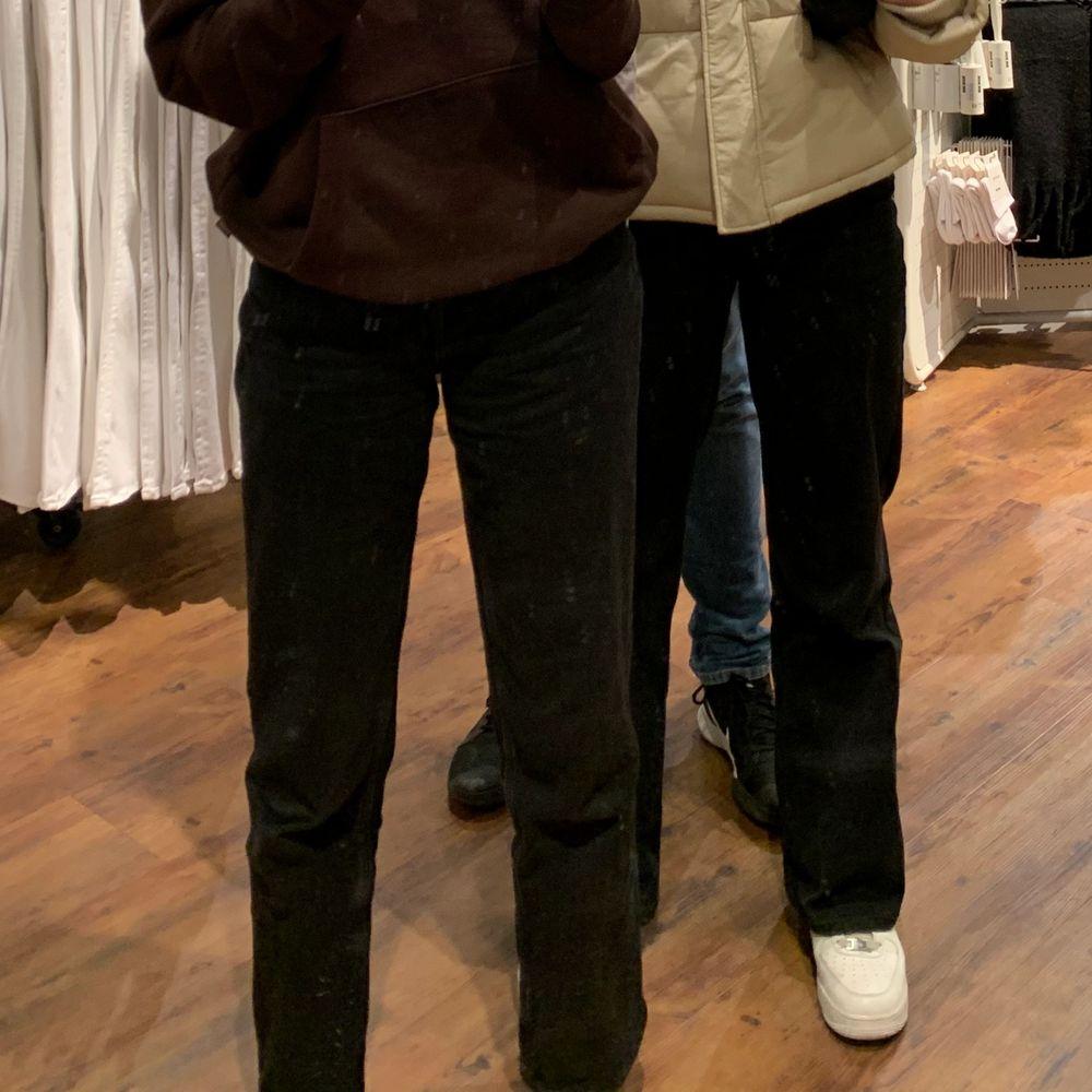 Jeans från Monki som är förkorta på mig som är 175 cm. Dom är väldigt najs och baggy!. Jeans & Byxor.