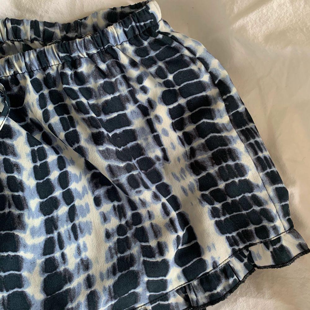 Blå och vit mönstrade shorts i tunt material från BikBok! Storlek M men passar även S, går att knyta i midjan🤍 Små volanger vid byxkanten, inga fickor osv🤍. Shorts.