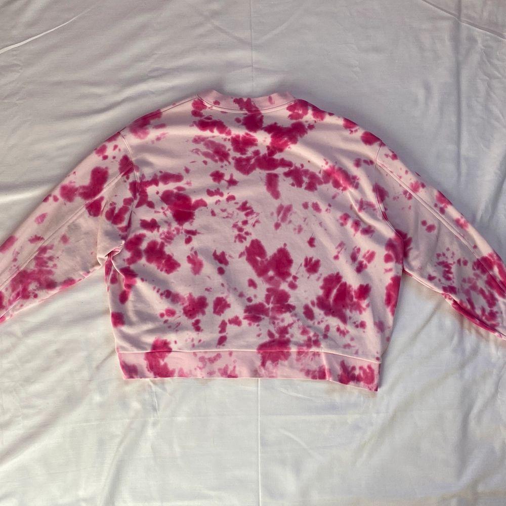 """Super fin rosa tie-dye sweatshirt. Det ser lite ut som ko-mönster vilket jag tycker är skit snyggt. Sweatshirten är köpt på weekday och är i storlek M men passar nog även L då den är väldigt oversized. Jag och min syster har tie-dyeat den själva så den är """"one of a kind"""". 🙃❤️. Tröjor & Koftor."""