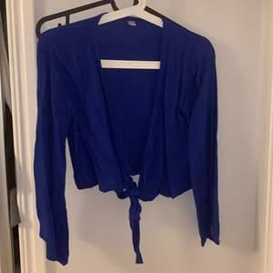 Bra skick. Blå tröja som man knyter där fram. Armarna går inte hela vägen, och blir större längst ner. Köpt utomlands så vet inte exakt storlek men skulle tippa på S.