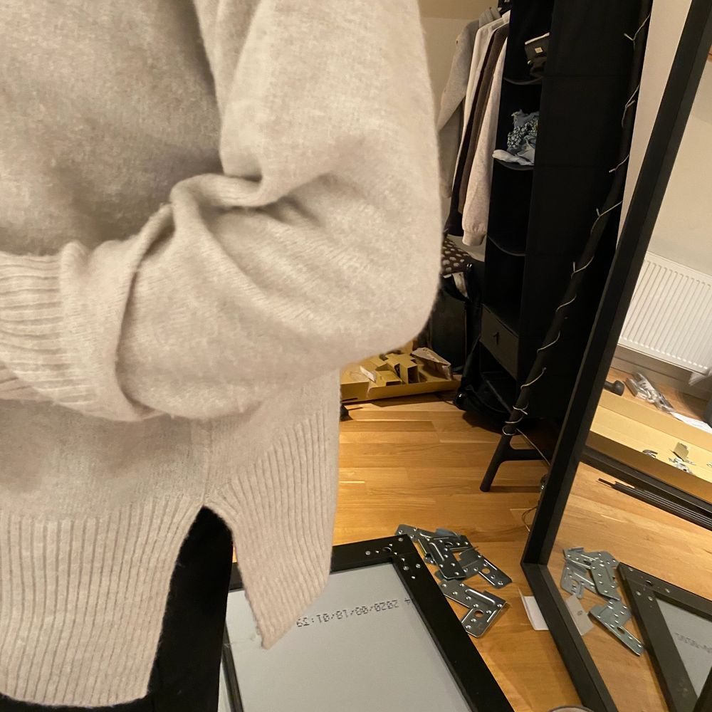 Mysig tröja med slits på sidorna från h&m. Aldrig använd endast testad. Storlek XS men är stor i storleken som ni ser så passar även S och säkert M. Stickat.