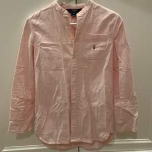 Randig skjorta från Ralph Lauren strl (14?) men skulle säga att det är en XS 🌺✨💙                                160kr+frakt