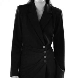 Helt ny blazer dress (kavajklänning) från Zara, i storlek M! Aldrig använd, prislappen hänger kvar. Nypris 559kr, mitt pris 299kr. ✨