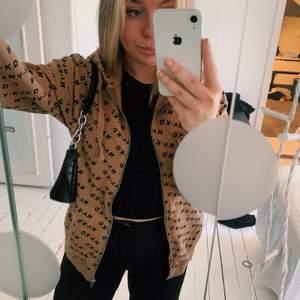Jättesnygg hoodie från Nakd med dragkedja! Jättefin färg och tunn & skön så passar perfekt till våren och sommaren! Strl S!
