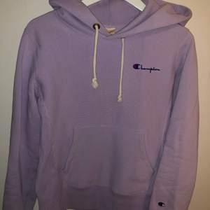 Lavendelfärgad hoodie från Champion, figursydd. Använd en gång så är i nyskick! Otroligt mjuk på insidan trots tvättad och är en perfekt pastellfärg nu till våren 💗💜🦄