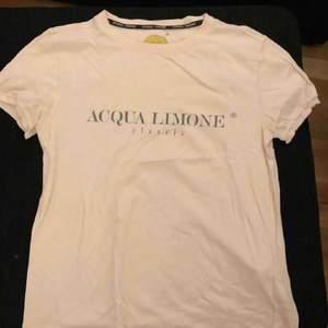 2 aqualimone t-shirts i storlek S. En vit och en rosa, som nya.