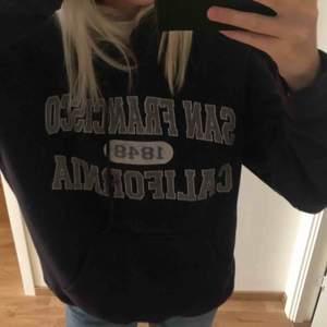 Svart/marinblå vintage hoodie. Bra skick och super varm och gosig. Passar flera storlekar beroende på hur oversized man vill att den ska va! Kan mötas upp i Stockholm och står inte för frakt!💗