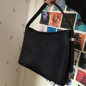 Köpte denna väska på second hand butik för ett tag sedan men har aldrig kommit till användning tyvärr<3 påminner lite om Fendi mönster
