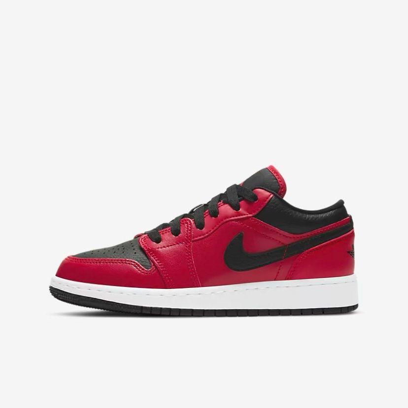 Säljer dessa supersnygga Jordan 1 low skor. Skorna är helt nya. Säljer för 1000kr och om fler är intresserade blir det budgivning. . Skor.