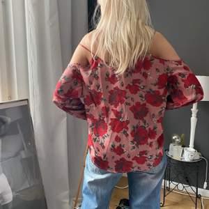 Jättefin rosa blommig blus. Jag har storlek S men blusen är storlek l då jag gillar när det är oversize, så passar typ alla storlekar