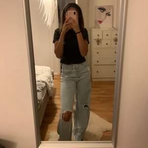 Ett par as balla pull and bear Jeans med hål❣️ storlek 34 men passar större och mindre