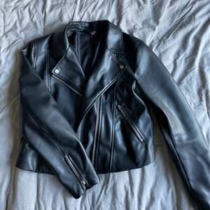 Läderjacka från H&M med relativt stora fickor! Jackan är i en croppad modell och är lite liten för att vara strl 42. Använd sparsamt. Köparen betalar frakten🌻
