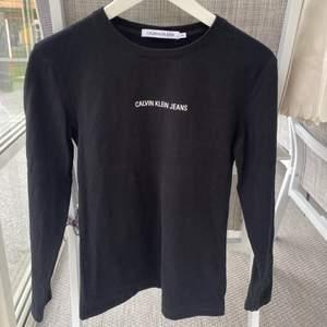 Tröja från Calvin Klein i jätteskönt tyg. Detalj på armen ! Frakt: 48kr