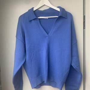 Nu säljer jag min slutsålda stickade tröja från zara som aldrig är använd💙 Storlek L men sitter mer som M. (Sista bilden är lånad)😇
