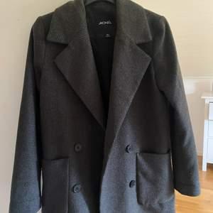 Säljer denna så fina kappa från Monki som tyvärr var för lite liten. Den är i strl XXS, jag har vanligtvis M så passar garanterat XXS-S. Så fint skick och sitter superfint. Passar perfekt till hösten och mildare vinterdagar!❤️🔥❤️🔥❤️🔥❤️🔥