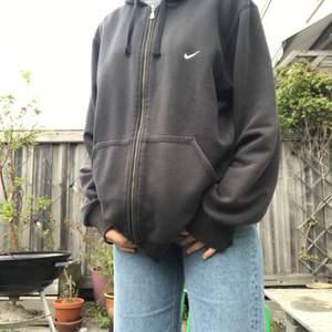 Jättefin nike sweatshirt köpt secondhand. Perfekt för hösten! Skriv om du har frågor. :)