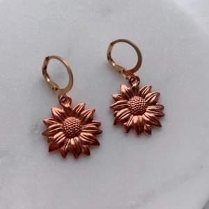 Säljer handgjorda nyckelringar & örhängen ✨🌼                    Jätte fin bronze blomma som glänser jätte fin i solen och ser ljusar ut då (bild 3).                                                                 Om man köper två örhängen så ingår frakten✨                säljer också en liknande nyckelring ifall du vill matcha (bild 2) 🌻