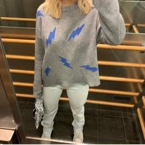 Snygg och populär zadig tröja som är unik och slutsåld vad jag vet! Säljs för 2000+72kr frakt nu direkt då den ej används🥰💜 100% kashmir