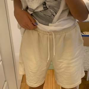 Beige shorts i storlek s men passar mig som brukar ha xs. Använda få gånger, köpare står för frakt!