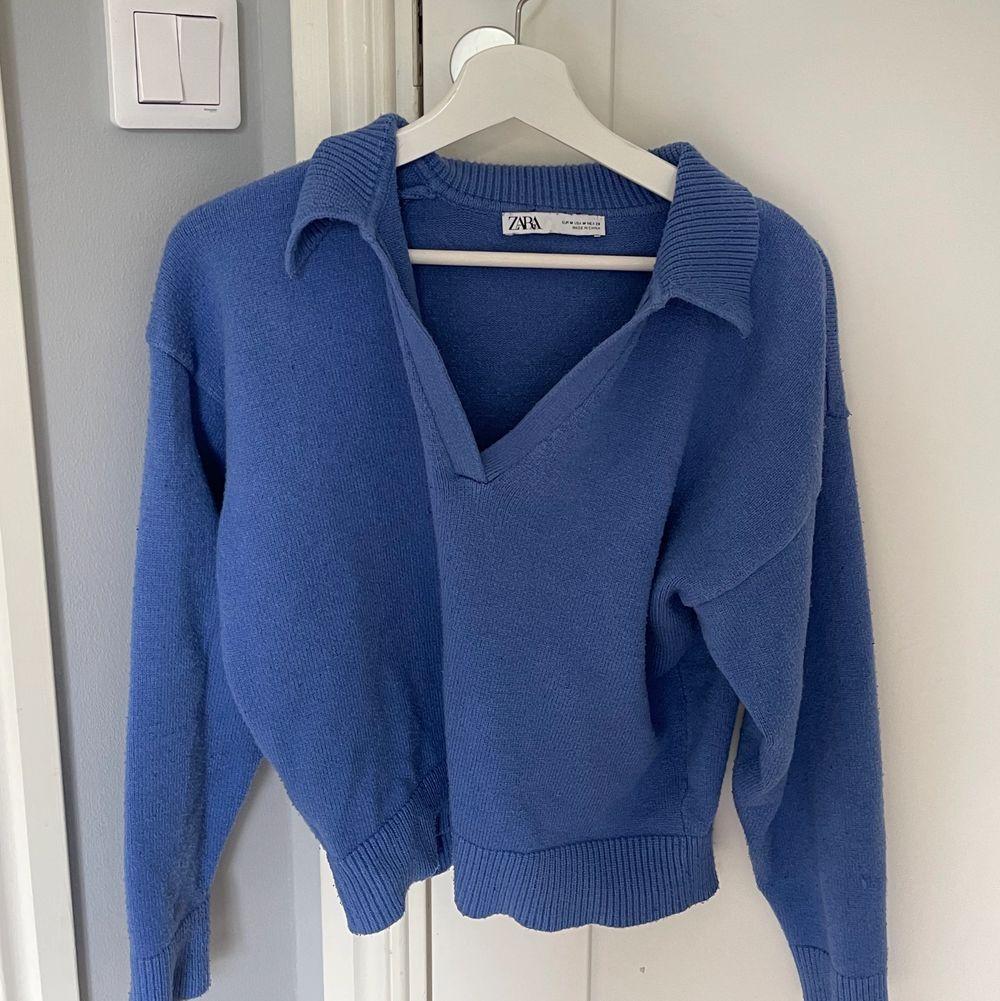 En blå Stickad jätte snygg tröja från Zara💙Slutsåld! Säljer bara vid bra bud! 🤍Budgivningen börjar på (180kr) Sista bilden är Lånad!. Toppar.
