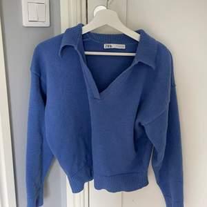 En blå Stickad jätte snygg tröja från Zara💙Slutsåld! Säljer bara vid bra bud! 🤍Budgivningen börjar på (180kr) Sista bilden är Lånad!