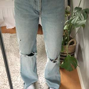 Superfina jeans från zara❤️❤️Bara använda en gång så helt nyskick! Säljer pågrund av att jeansen är lite för långa på mig, jag är 165❤️ Skriv om du vill ha fler bilder❤️frakt ingår ej❤️