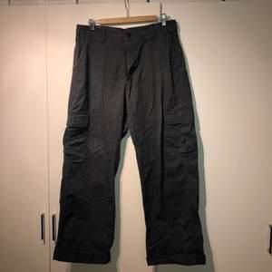 Mörk gråa Cargo byxor från dickies bra skick. Har även ett till par i en marinblå färg som jag vill bli av med skriv för bild💕 200kr st