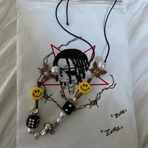 Evae mob smiley pearlnecklace sedd på många rappare exempelvis asap Rocky  väldigt sällsynt halsband från det japanska märket evae mob nypris var 1000kr använd Max 10 gånger