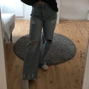 Säljer dessa skit snygga jeans. Använda ca 1 gång. Gylfen är lite seg men fungerar! Storlek M. 100kr + frakt 💙