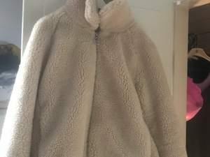 En söt varm fluffig jacka från H&M, frakt tillkommer på 60kronor då jackan är rejäl. ✨🦋☀️