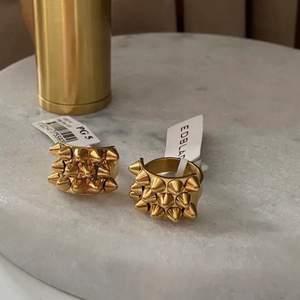Säljer nu dessa smycken ifrån Edblad🤩nit ringen är i storlek M (17.5), armbandet i S och örhängena i den äldre stora modellen💕👌🏼😍(första bilden är min men en gammal, säljer endast en ring!!)🌟skriv endast vid seriöst intresse🙏🏽tack😊Nit ring: 400, armband: 300 & örhängen 100👌🏼👌🏼👌🏼