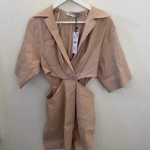 Beige Zara klänning med slit i mitten perfekt till sommaren, lappen sitter kvar