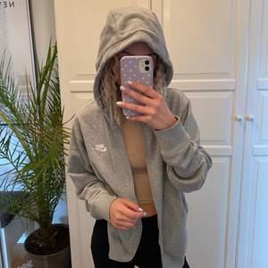 Superfin zip up hoodie från nike i storleken S, använd någon enstaka gång. (Lägger ut igen pga oseriös köpare)🥰