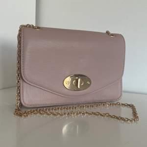 Pastell rosa liten handväska som rymmer både telefon, plånbok och lite till, skick 10/10 då den har bara använts en gång (om man köper två eller fler saker bjuder jag på halva frakten)