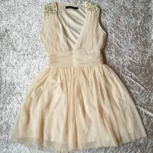 Jättesöt vit klänning från jeanBlush i storlek S. Perfekt för studenten i sommar eller när man bara behöver en fin klänning.