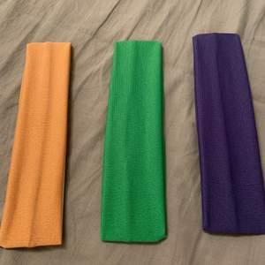 Hårband i beige/orange, blålila och grön. 10 kr/st eller alla för 25 kr. Aldrig använda.