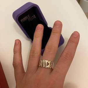 Kollar intresset på min supersnygga ring ifrån Purple pesto. Storlek: M, Nypris: 750kr. Så snygg, står BITCH och verkligen as ball ring! Äkta silver.