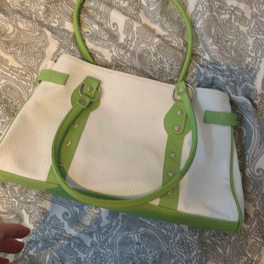 Hitta den på vinden o är inte min stil så säljer den 🥰 kan mötas upp och även kanske frakta . Väskor.